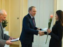 2018-12-10 rektorius įteikia padėką už darbinę veiklą