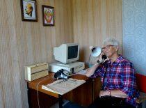 2019-08-24 Irbenės radioastronomijos centro buvusiame valdymo kambaryje prie telefono A.Markauskienė