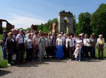 2019-05-21 Keliautojai prie buvusių dvaro rūmų